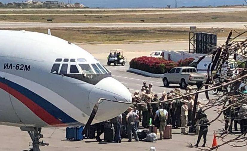 Personal ruso tras desembarcar del Il-62 en Caracas (Twitter/@FedericoBlackB)
