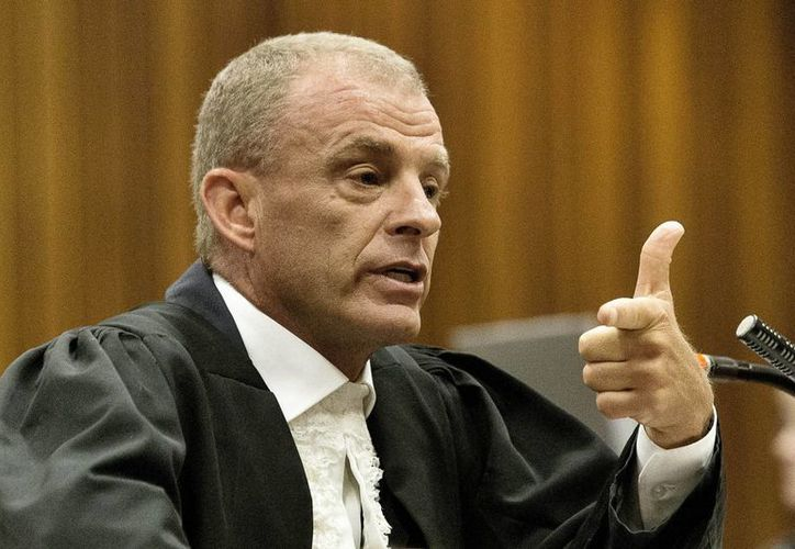 El fiscal Gerrie Nel arrojó dudas sobre la honestidad de Pistorius, corredor sudafricano con las piernas amputadas acusado de asesinar a balazos a su novia. (Foto: AP)