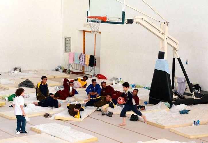 El rescate de ilegales malteses que se dirigen a Italia es frecuente en Italia: hoy rescataron a más de 350. En la imagen, algunos descansan en el centro deportivo PalaCus Arcidiacono, en Catania, Italia. (Archivo/Efe)