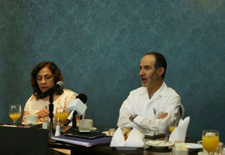 La rueda de prensa de Amafore estuvo presidida por el Presidente ejecutivo, Carlos Noriega (der), y la Directora de educación financiera, Laura Medina (izq). (José Acosta/Milenio Novedades)