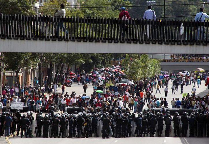 Los manifestantes arribaron a ese lugar poco después de las 6:00 horas de este martes con la intensión de llegar al Aeropuerto Internacional de la Ciudad de México. (Notimex)