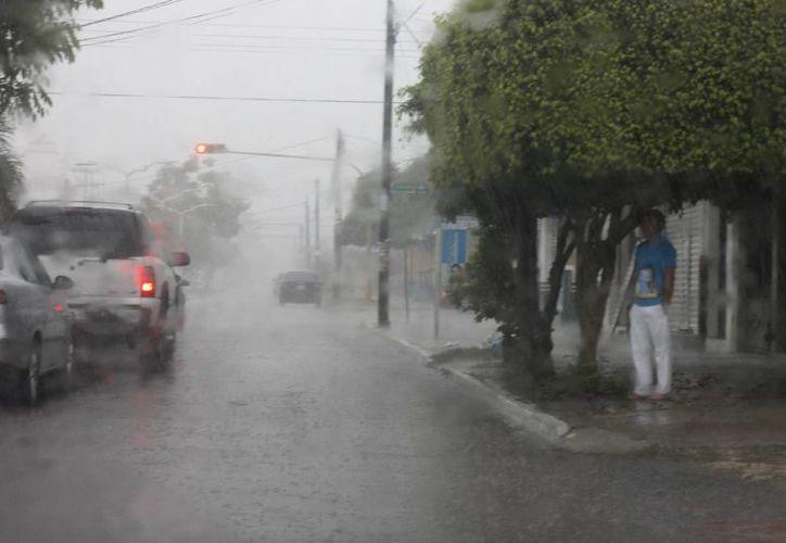 Precipitación pluvial deja encharcamientos en la capital. (Paloma Wong/SIPSE)