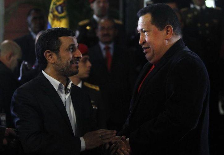 Fotografía tomada el 22 de junio de 2012 en la que se registró a Hugo Chávez, al recibir a su homólogo iraní, Mahmud Ahmadineyad, en el palacio de Miraflores en Caracas. (EFE)