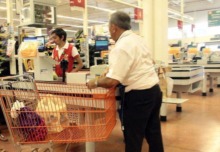 Busca la Pastoral de la Salud de la Arquidiócesis de Yucatán contribuir a valorar a los adultos mayores. Imagen de un anciano que trabaja como cerillo en un supermercado de la ciudad. (Milenio Novedades)