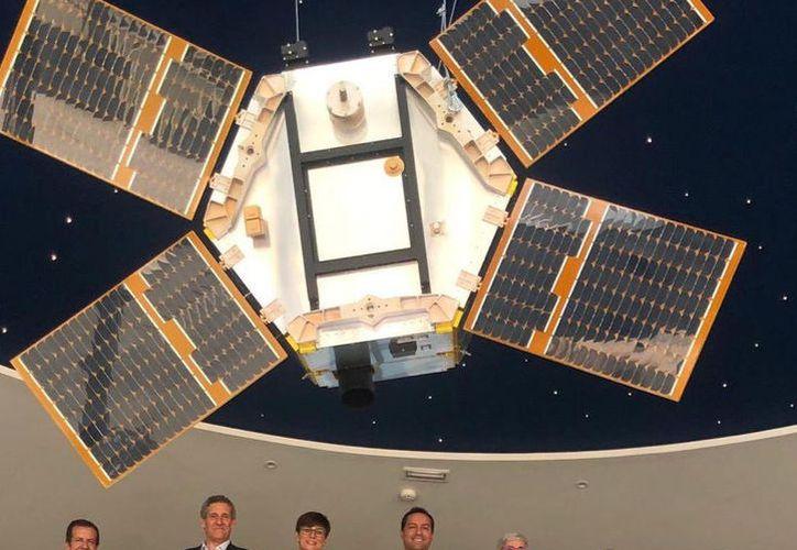 El gobernador del Estado, Mauricio Vila, tuvo la oportunidad de visita la fábrica de satélites ubicada en Puertollano, España. (Novedades Yucatán)