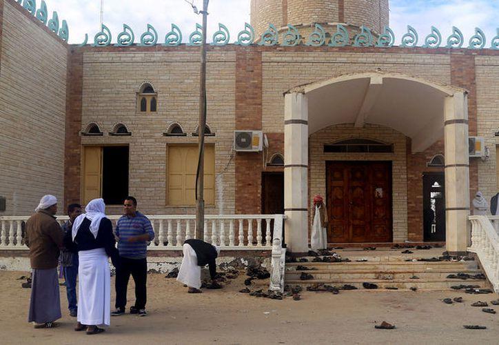 La puerta de entrada del templo: nadie se atreve a retirar las sandalias que quedaron abandonadas tras la matanza de sus dueños. (Foto: Reuters)