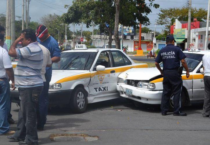 El taxista no respetó el alto e impactó otra unidad de transporte de frente. (Redacción/SIPSE)
