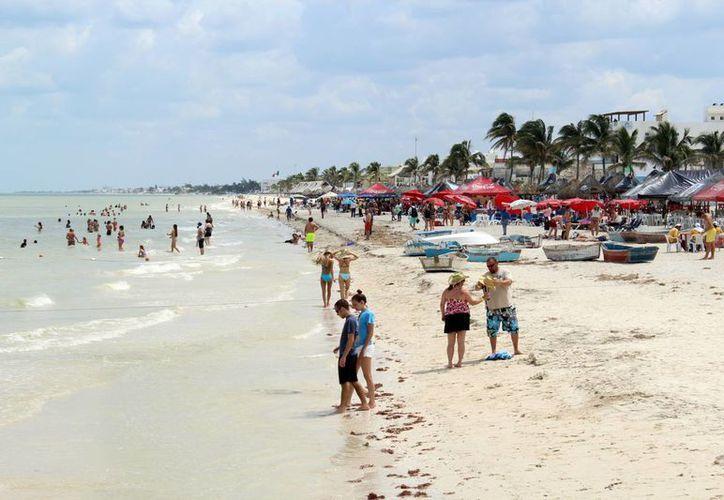 Los cientos de visitantes extranjeros y locales disfrutaron los atractivos de la costa de Progreso. (Milenio Novedades)