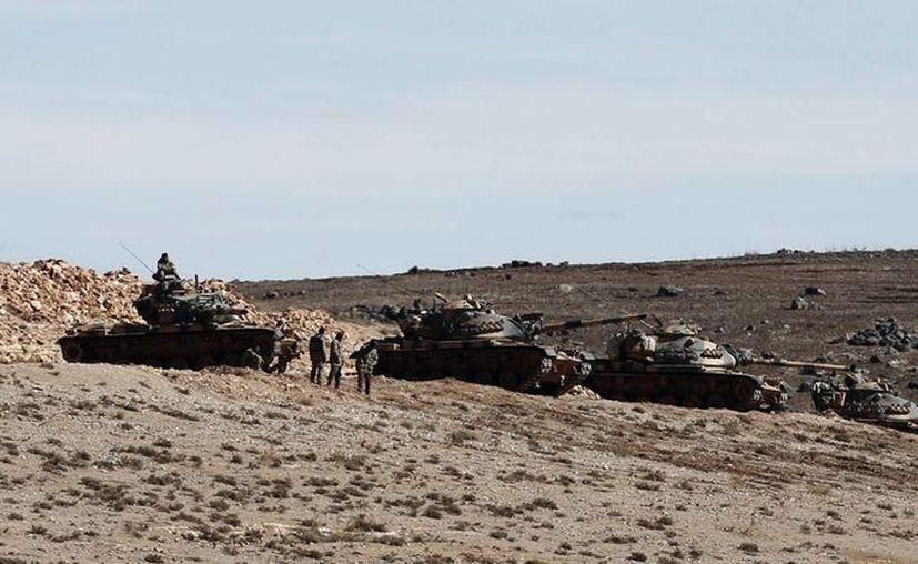 Tanques turcos toman posiciones en una colina en Sanliurfa, Turquía. (EFE)