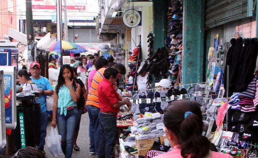 El comercio informal invade las aceras del centro de la capital yucateca, como en la imagen, donde los vendedores se adueñan de los espacios públicos. (Milenio Novedades)