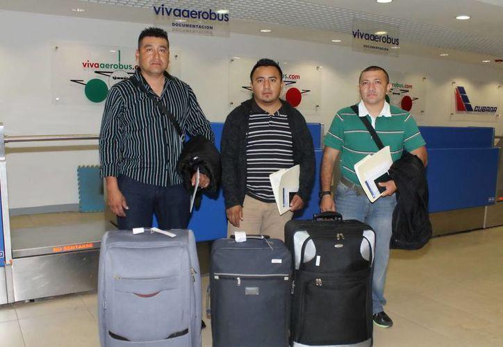 Los agentes Manuel Rodríguez, Moisés MIjangos y Fredy Cahums rumbo a Estados Unidos. (SIPSE)