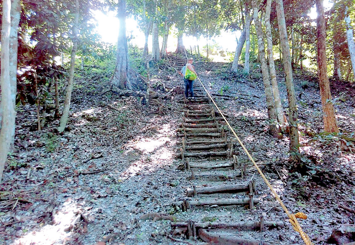 El sitio se ubica a 82 kilómetros de Chetumal, y a 40 minutos de Bacalar; la pirámide principal tiene una base de 200 metros y una altura de 47 metros, es decir, cuatro veces mayor que la de Chichén Itzá.