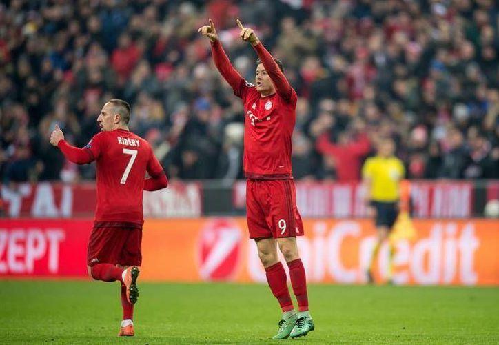 El jugador del Bayern Múnich Robert Lewandowski (d) y Franck Ribery (i) celebran un gol ante Juventus durante el juego de octavos de final de la Liga de Campeones que se disputó en Múnich, Alemania. (Imágenes de EFE)