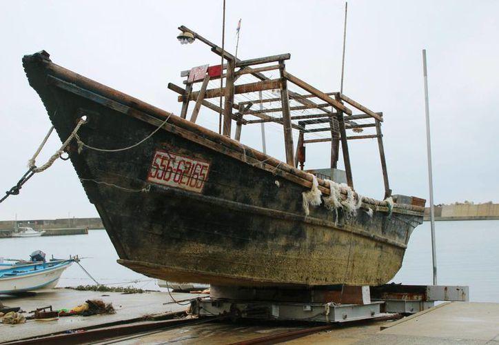 Imagen de un buque de nacionalidad desconocida, el cual fue encontrado fuera de la península de Noto y fue remolcado a la costa. (Agencias)
