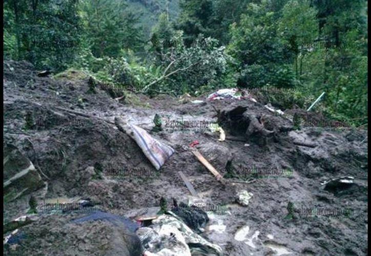 Las fuertes lluvias registradas durante las últimas horas pudieron haber provocado el reblandecimiento de la tierra que provocó este derrumbe. (twitter/@xalapaalmomento)