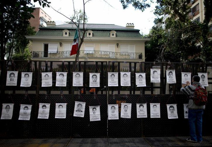 Al cumplirse doce meses de que desaparecieron los 43 normalistas de Ayotzinapa, en varias ciudades de México y el mundo se esperan multitudinarias protestas. La imagen corresponde a la embajada mexicana en Buenos Aires, Argentina. (AP)