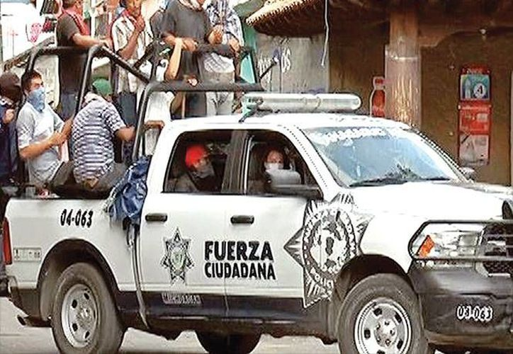 Los habitantes de Nahuatzen tomaron las patrullas para vigilar el municipio. (excelsior.com.mx)
