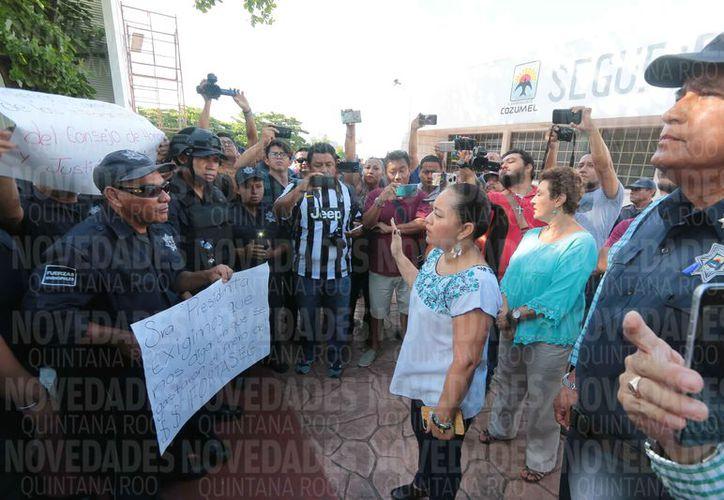 Los policías fueron atendidos por la presidenta municipal. (Gustavo Villegas/SIPSE)