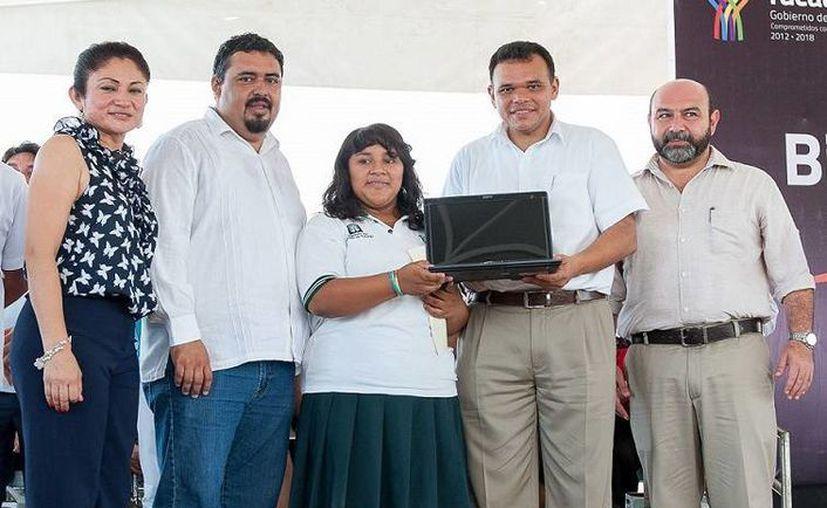 El gobernador da un nuevo impulso tecnológico en Tixkokob. (SIPSE)