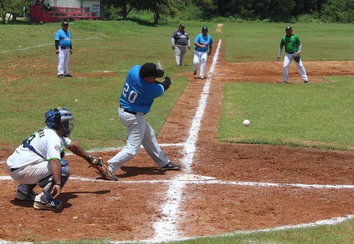 El diamante de la colonia Proterritorio vibró con las actividades de la segunda semana del campeonato de sóftbol. (Miguel Maldonado/SIPSE)