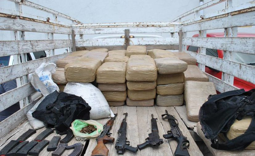 En México las exportaciones de las organizaciones criminales equivaldrían a 10.16 % de los 30 billones de dólares que representa la venta al detalle en EU. Imagen de contexto de un pequeño decomiso de armas y droga en Guadalajara, Jalisco. (Archivo/Notimex)
