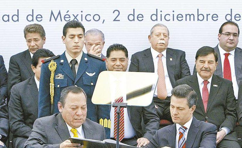 Jesús Zambrano, líder nacional del PRD, y el presidente Enrique Peña Nieto, en el comienzo del Pacto por México el año pasado. (Claudia Guadarrama/Archivo de Milenio)