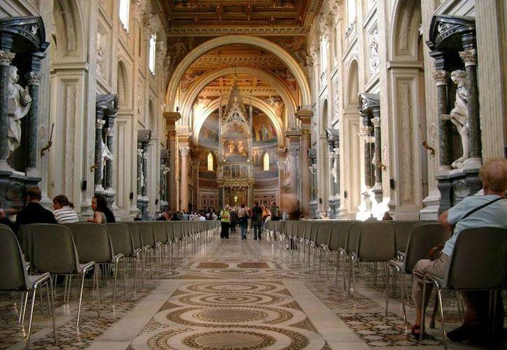 Interior de la Basílica de San Juan de Letrán, Catedral del Papa como Obispo de Roma, erigida por Constantino y durante siglos la residencia habitual de los Papas, en cuyo honor hoy hay una celebración. (silencioblanco.org)