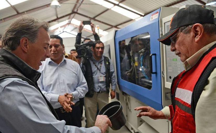 El titular de Sedesol, José Antonio Meade Kuribreña, sostuvo un encuentro con productores de plantas de ornato en la comunidad de San Lorenzo Tlacotepec, Atlacomulco, en Edomex, el viernes 22 de enero de 2016. (Notimex)