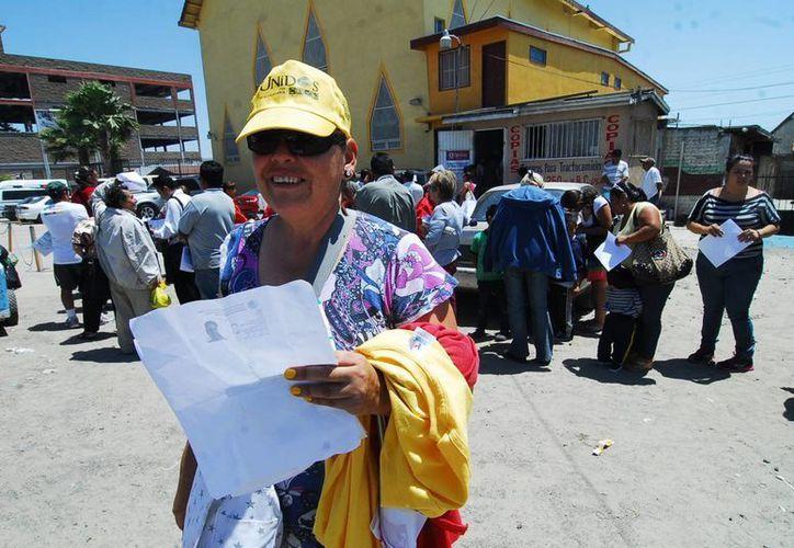 Cientos de personas intentaban este viernes obtener el decodificador en Tijuana. (Notimex)