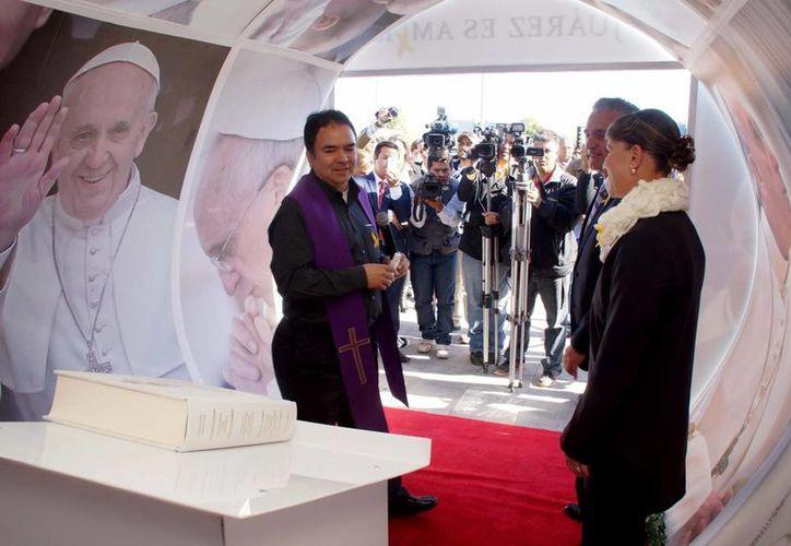 Desde Noviembre del año pasado, los juarenses pueden plasmar sus deseos y mensajes al Papa Francisco, en libros colocados en puntos estratégicos de la ciudad. (Archivo/Notimex)
