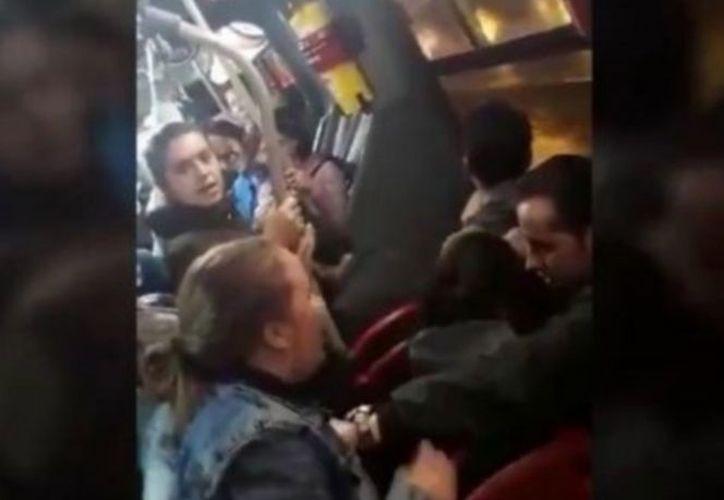 La mujer quiso bajar del metro a la acompañante de su esposo. (Foto: Captura del video)