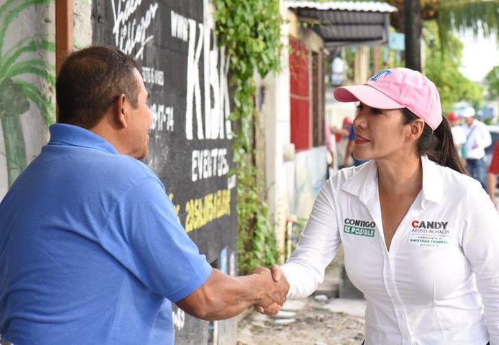 Más tarde la candidata recorrió las calles de la Región 96. (Twitter)