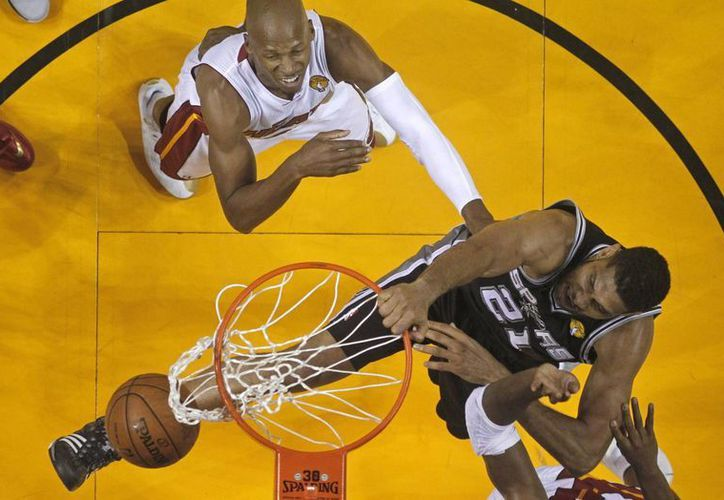 Tim Duncan (d), de Spurs, encesta mientras Ray Allen observa. (Foto: AP)