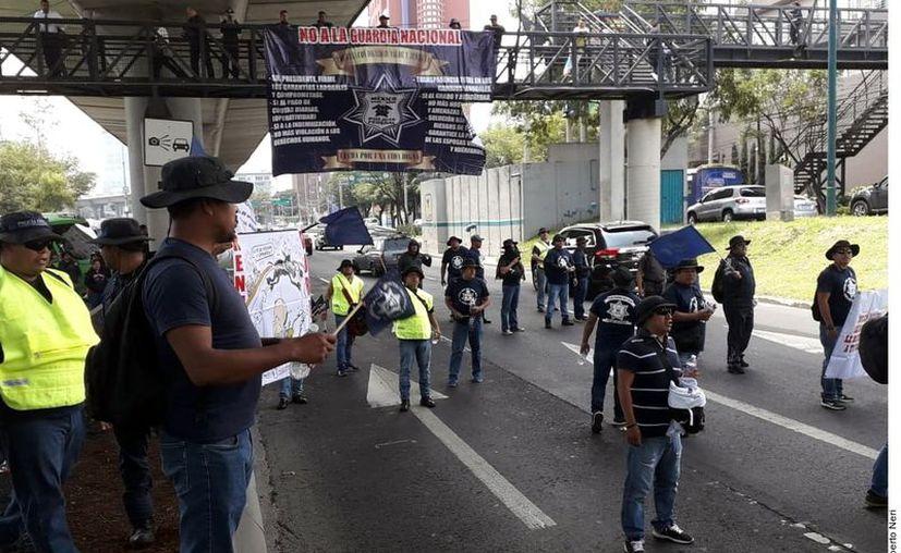 Con mantas y pancartas, los uniformados que se oponen a su integración a la Guardia Nacional. (Foto: Reforma/ Alberto Neri)