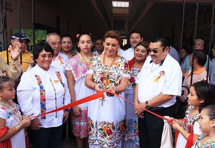 La presidenta del DIF Yucatán, Sara Blancarte de Zapata, al momento del corte de la cinta inaugural. (Milenio Novedades)
