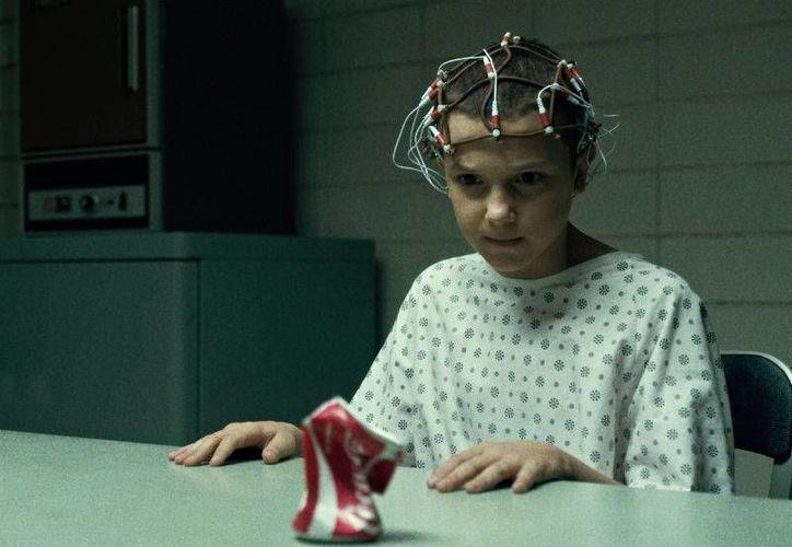 En <i>Stranger Things</i>, Eleven fue arrebatada de su madre desde que nació y sometida a diversas dinámicas de entrenamiento lideradas por el doctor Martin Brenner. (Excelsior)