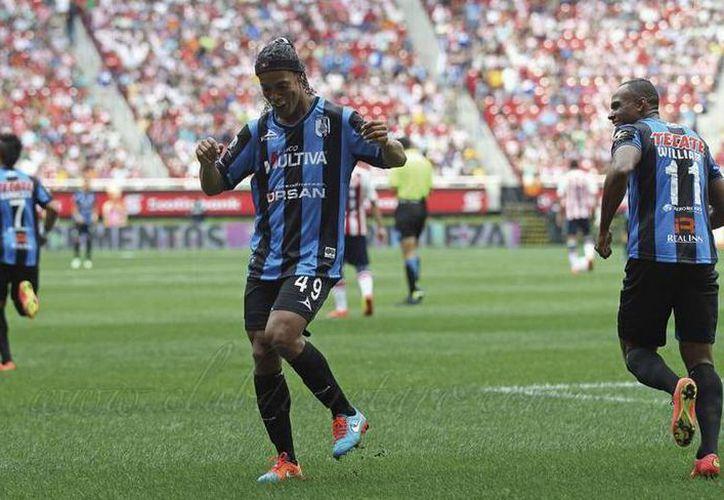El festejo de Ronaldinho por su primer gol en Gallos de Querétaro. (@Club_Queretaro)