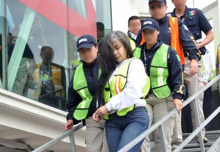 Sandra Ávila a su arribo al hangar de la PGR tras ser deportada de EU. (Notimex)