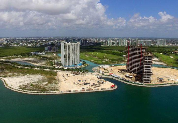 Puerto Cancún cuenta ya tiene el 40% de las construcciones planeadas concluidas. (Israel Leal/SIPSE)