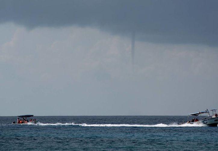 La tromba puede ser peligrosa para las embarcaciones que se encuentren cerca. (Gustavo Villegas/SIPSE)