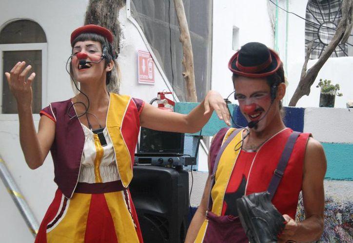 'Alegra' y 'Casimiro Poca Cosa' comenzaron su espectáculo que se denomina 'Un Sueño Rodando' de su proyecto que han llamado ' Circo en Kombi'. (Octavio Martínez/SIPSE)