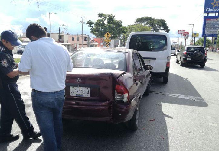 Policías de Tránsito dialogaron con los involucrados, estos llegaron a un acuerdo para la reparación de los daños. (Foto: Redacción/SIPSE)