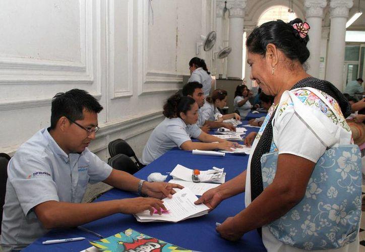 Decenas de personas acudieron al registro en el DIF de Mérida para  el programa de entrega de despensas. (Cortesía)