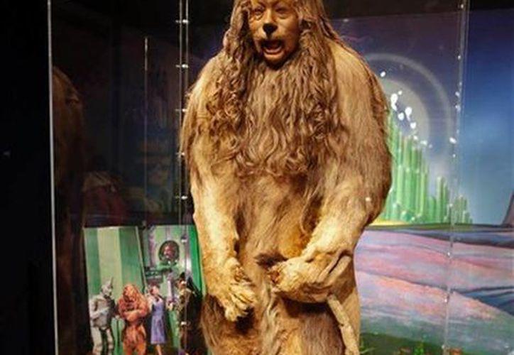 """Imagen del traje de Leoncio vestido por Bert Lahr en la cinta 'El mago de Oz', como parte de la subasta """"There's No Place Like Hollywood"""" de Bonhams, en Nueva York.(Agencias)"""