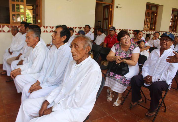 Los dignatarios mayas recibieron un pago bimestral para mantener vivas sus tradiciones con las actividades que realizan. (Joel Zamora/SIPSE)