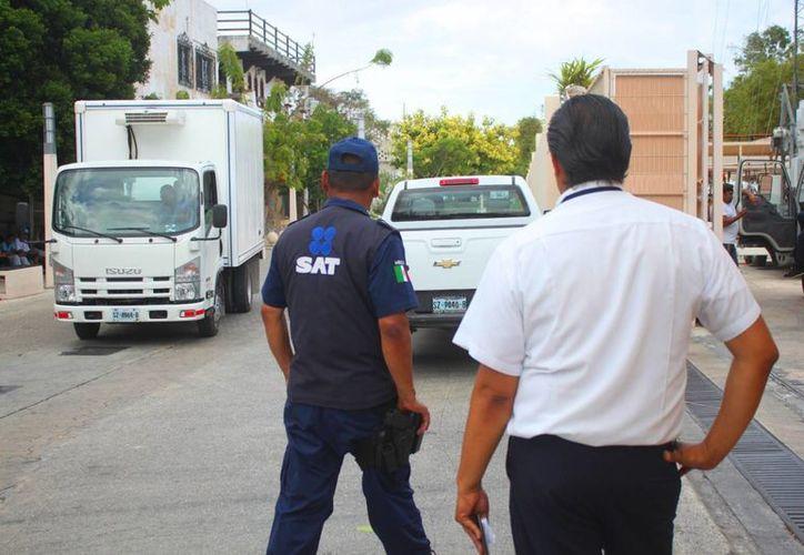 Elementos del SAT realizaron una revisión a los vehículos de los proveedores del hotel Paradissus Playa del Carmen. (Daniel Pacheco/SIPSE)