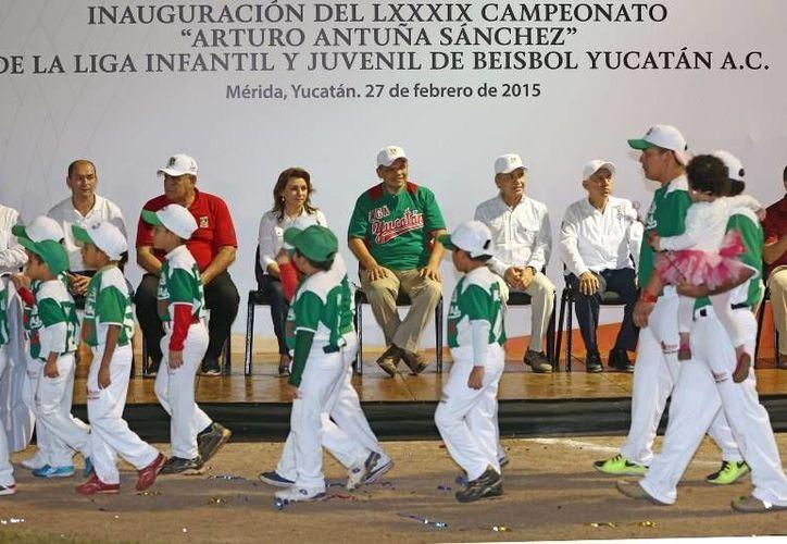 El gobernador presidió la inauguración de la Liga Yucatán 2015, cuyo lanzamiento inaugural estuvo a cargo de Alonso Pérez González, y como cátcher a Juan José Pacho. (Milenio Novedades)
