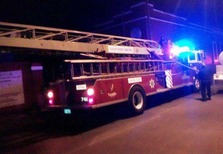 Los bomberos llegaron con varias pipas a sofocar el incendio de una  fábrica de hilos, en el centro de Mérida. (Jorge Pallota/SIPSE)