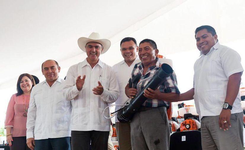 José Calzada Rovirosa, en compañía de Rolando Zapata Bello, anunció que en menos de 15 días la Sagarpa aportará 25 mdp en tractores para los campesinos. (Milenio Novedades)