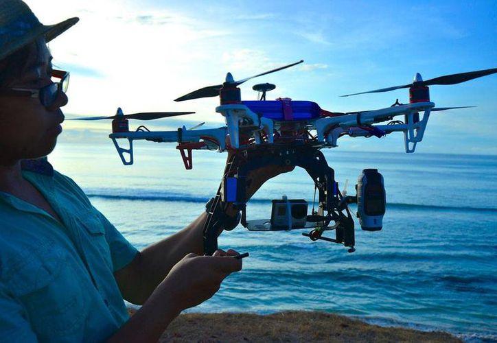 En playas de australia se han registrado 14 ataques de tiburones, de ahí que se haya decidido desplegar drones para la vigilancia. Imagen de contexto de un dron. (Archivo/Notimex)